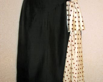 An old vintage dress from the 40s. Original. Black with peas.