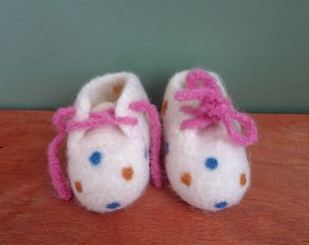 Baby shoes, 0 to 3 months, dotted baby Booties, felted slippers, crochet baby shoes, baby clothes, baby gifts, baby slippers, felt