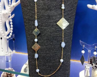 Necklace in blue chalcedony and golden chain