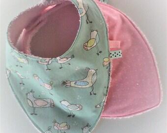 """Bavoir bandana par 2 ,bavoir foulard ,coton """"oiseaux"""" roses sur fond turquoise et coton rose a points blancs ,doublés , naissance,fille"""