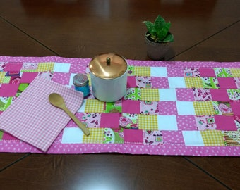 Colorful centerpiece in pink tones. Modern linens. Cotton fabric, washable. Quilt and Patchword.