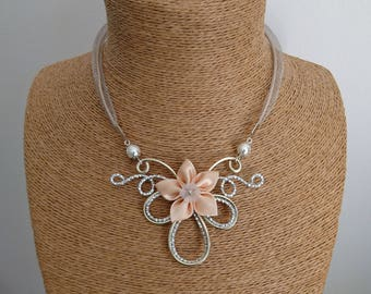 Silvery alloy hammer pendant necklace / champagne and satin flower