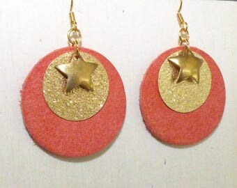PRETTY SINGLE EARRING WITH ROUND LEATHER AND GOLD CHARMS