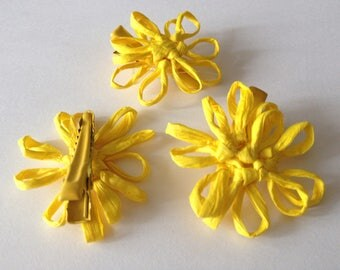 3 flowers on yellow clip for your creations.