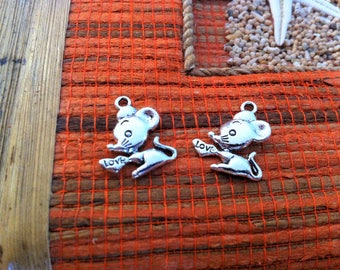 "5 pendants little mouse holding a heart, written ""love"", silver"