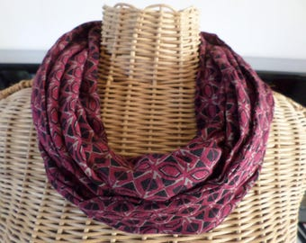 snood in shades of Burgundy, beige and black