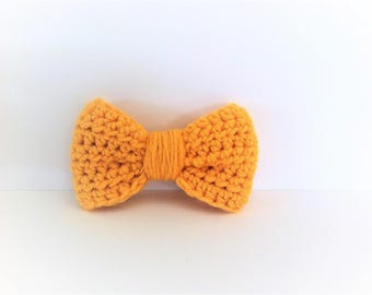 Bow brooch, wool