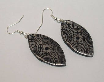 Earrings black and silver almond-shaped lace effect