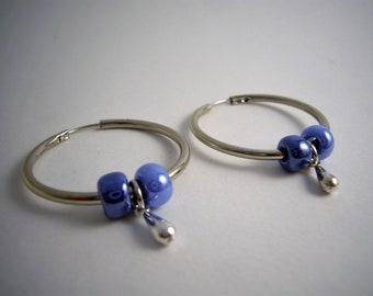 Boucles d'oreilles créoles argentées et bleues, pendentifs. Made in France