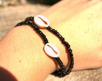 Bracelet black beads and shells (porcelain)