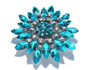 Broche argenté fleur de cristal bleu azur, strass bleu azur et blanc.