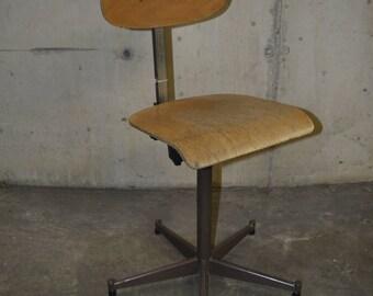 Industrial wooden workstool adjustable in height ca. 1970's Actief