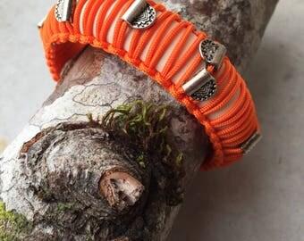 Bracelet stiff woman plaiting macramé and bracelet charms