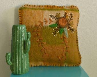 Handgemaakt wollen kussen | 100% wol met botanisch borduursel | Bruin met Roos patroon