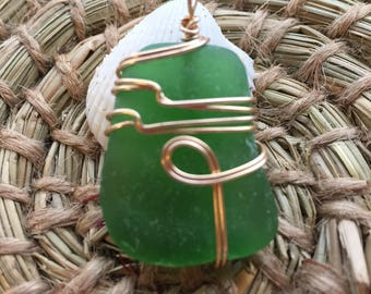 Green glass pendant with gold wire