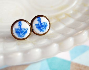 tiny vintage lighthouse framed post earrings - white and blue delft style - anchor - seashore
