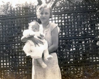 photo vintage 1937 Young Beautiful Mother Holds Her Baby