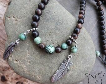 Collier perles bois exotique pierre turquoise et pendentifs plumes