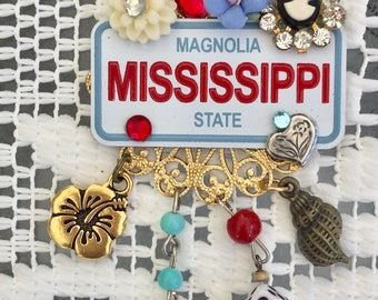 MISSISSIPPI  PiN -  The Magnolia State -  CAMEO and Flowers -Southern Hospitality BROOCH