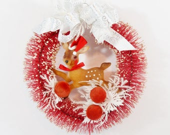 Vintage Red Wreath Decorated Kitschy Bottle Brush Reindeer Berries Flocked Chistmas Wall Door Decoration