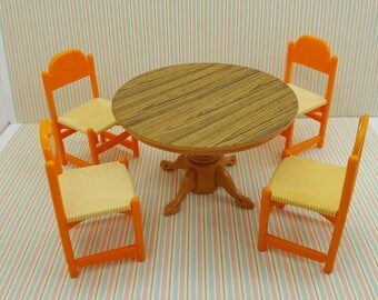 Tomy Smaller House  Table and Chairs   Fits 3/4 to 1 inch scale hard  Plastic Kitchen