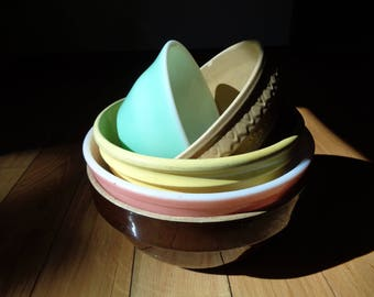 Vintage Bowl Collection, Five Stoneware and Glass Colored Bowls in Vintage Condition that are both decorative and functional 4 Sale in 1 LOT