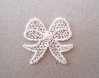 Small knot of white lace of 2.4 cm