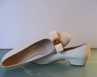 Salvatore Ferragamo Made in Italy Bone Leather Vara Flats Size 8AA US