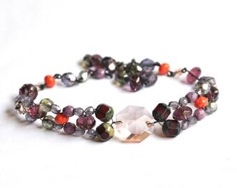 Collier ras du cou en perles de verre mauve et fil de fer noir