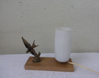 Swallow table lamp on marble base, pretty cylindrical shade in depolitic glass, art deco. Brass swallow.