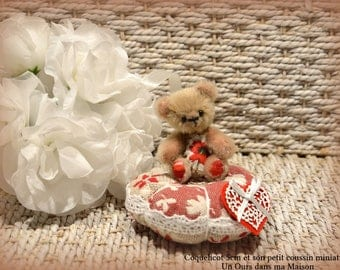 VENDUE *** !!  Coquelicot ours d'artiste miniature 5cm collection et son petit coussin 100% fait main pièce unique OOAK peluche