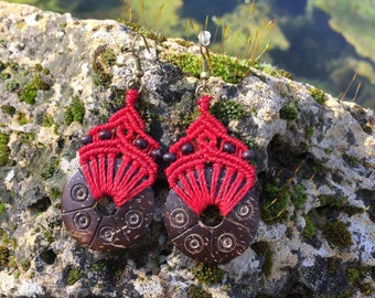 Ethnic macrame earrings with carved coconut - red