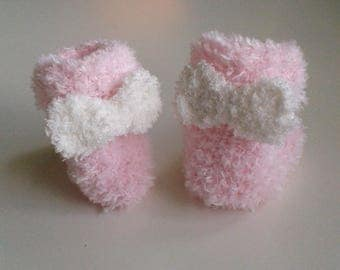 Let us put on baby birth in 12 pink woolen hand-knitted months with ornamental knot