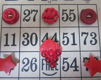 Bright Vintage RED buttons on old bingo Card - jolis boutons rouges