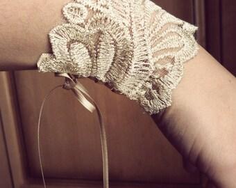 Reflection ivory lace gloves gold