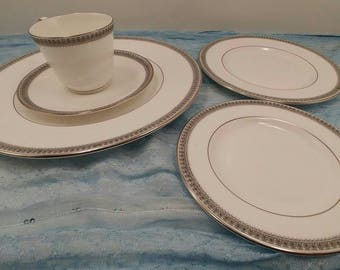 5 Piece Place Setting by Royal Doulton in the H5008 Ravenswood Pattern
