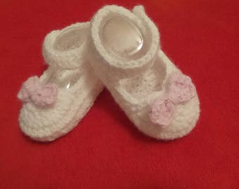Handmade baby shoes.  Newborn shoes in crochet.  Girls shoes.