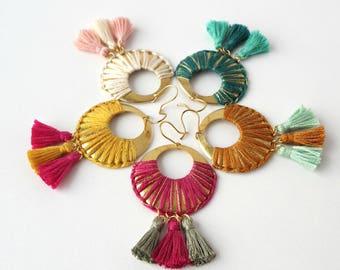 Boucles d'oreilles FOLK dorées et coloris au choix,bijou bohème chic, coloré, estival, inspiration gypsy, bijou à pompon, crochet plaqué or