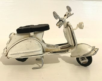Vintage Cream Vespa, Vespa Toy Model, Italian Scooter, Miniature Vespa, Retro Scooter, Collectible Mini Bike