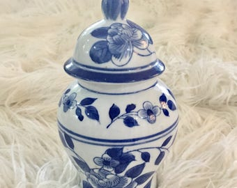 Vintage blue and white chinoiserie asian ginger temple jar