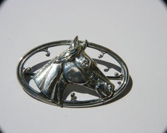 Vintage oval horse head design brooch intricately detailed.  Very nice gift for horse lovers.