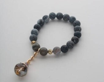 Bracelet with natural gray agate and glass crystal. Stones size 10mm