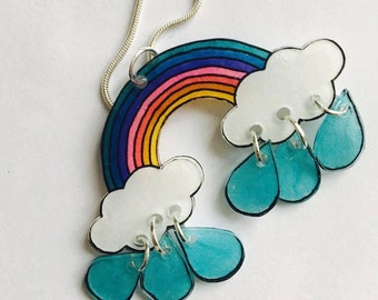 Cloud, Rainbow necklace and its small droplets move