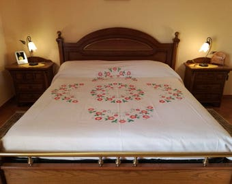 Complete Set of bedspread, sheet and pillowcases in pure antique linen hand-embroidered and surrounded by crochet lace.