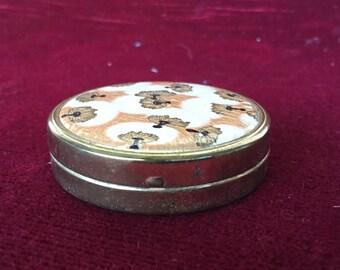 Vecchia polvere compatta, old compact perfume, Petit poudrier ancien en métal by Coty dessiné par R.Lalique, Polvo viejo compacto,