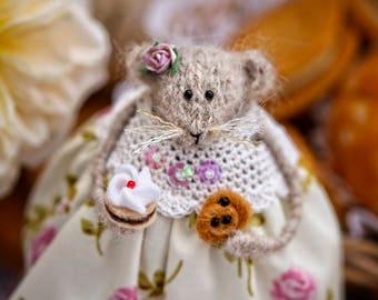 Mouse Rat Doll with Bun or Cake, Summer Home Decoration, Knitted Mouse, Dining Room Decor, Candyfleece UK