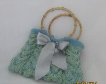 Knitted cabled handbag with bow
