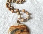 Photo rustique jaspe brun Tan neutre couleurs à la main fil enroulé collier, QW09176: Le Canyon mille neuf