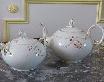 Théière et sucrier en porcelaine d époque Art Nouveau. Porcelaine fines fleurs et rehauts d or. Porcelaine de Limoges.