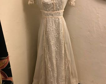 Lovely Seventies Ivory Cotton and Lace Gunne Sax-style Gown Size M/L